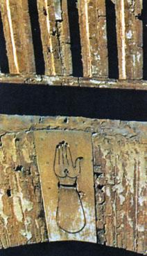 ภาพแกะสลักเหนือโค้งเป็นรูปมือ กับนิ้วทั้ง 5 บ่งถึงบัญญัติ 5 ประการ ในศาสนาอิสลามถือเป็นสัญลักษณ์ ประจำอาณาจักรอัล-มุรอบิฏูน