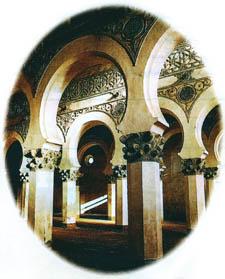 ภาพภายในโบสถ์ของชาวยิว สร้างตามศิลปะและสถาปัตยกรรมของชาวมุสลิม อัล-อันดะลุส (สเปน)