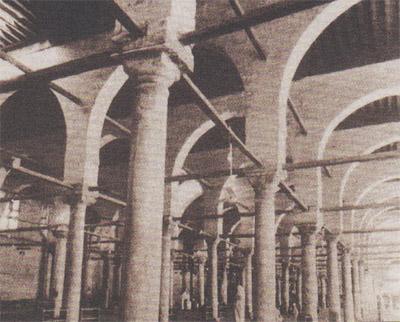 ซุ้มระเบียงโค้ง ภายในอาคารมัสญิดญามิอ อัมร์ อิบนุ อัลอ๊าศ นครฟุสฏ๊อฏ