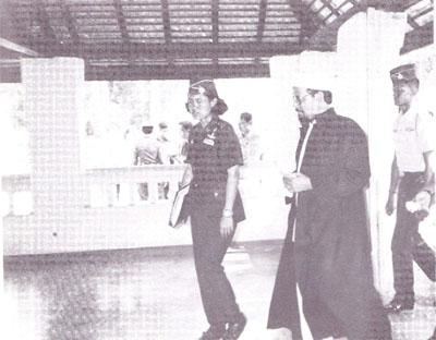 สมเด็จพระเทพรัตนราชสุดา สยามบรมราชกุมารี เสด็จเยี่ยมสุสานสุลต่าน สุลัยมาน ชาฮฺ โดยมี ฯพณฯ จุฬาราชมนตรี นายอาศิส พิทักษ์คุมพล รับเสด็จ (ขณะดำรงตำแหน่งประธานคณะกรรมการอิสลาม ประจำจังหวัดสงขลา)